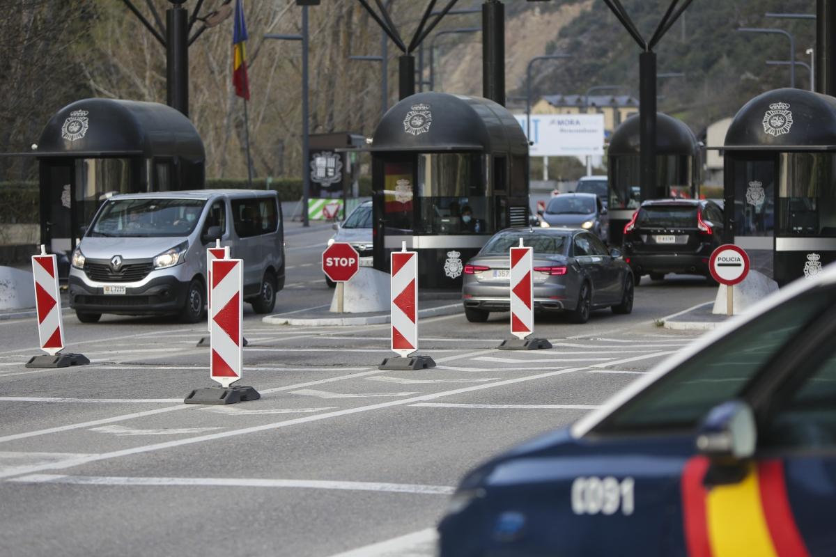 Vehicles entrant i sortint d'Andorra per la frontera del riu Runer.