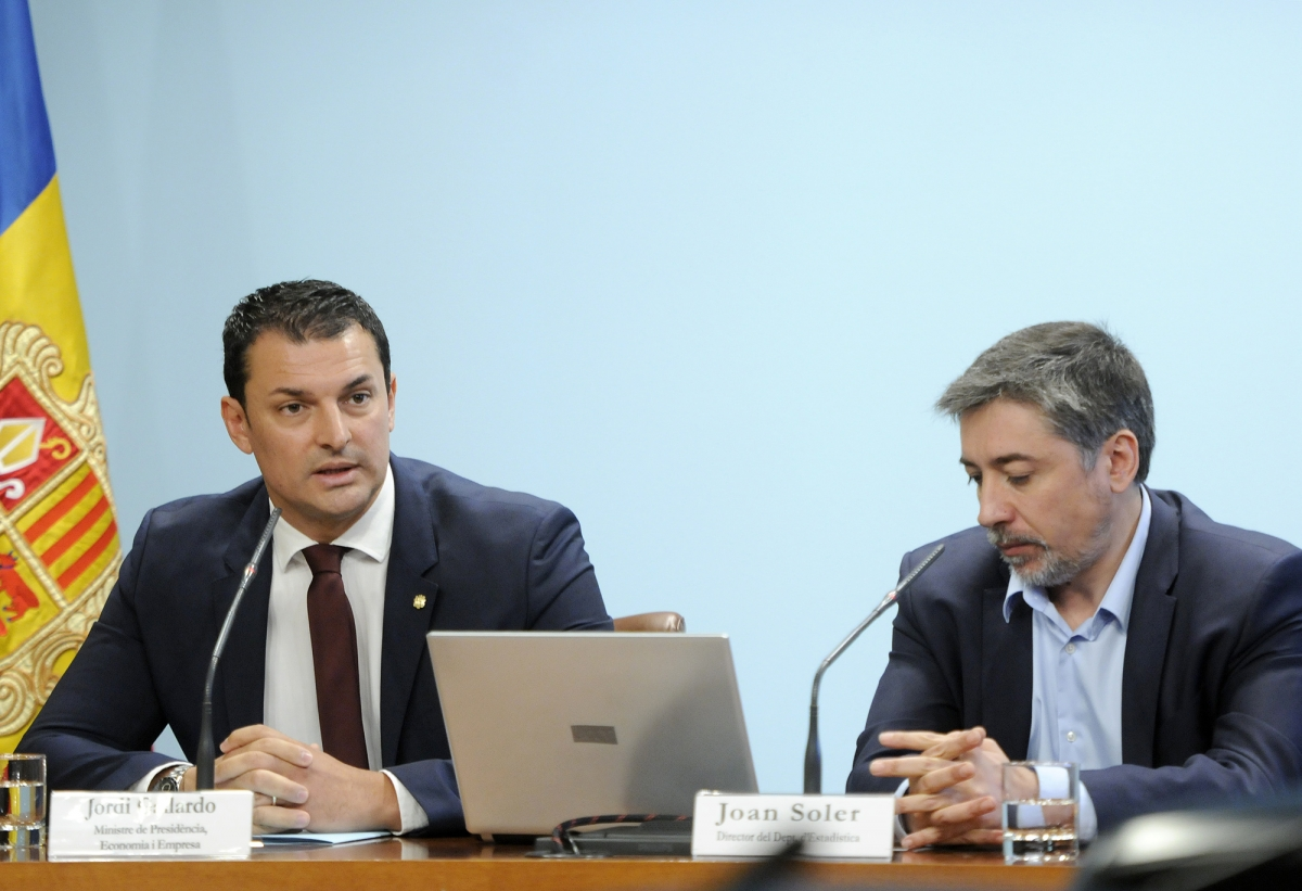 El ministre de Presidència, Economia i Empresa, Jordi Gallardo, i el director d'Estadística, Joan Soler, en la compareixença d'ahir.