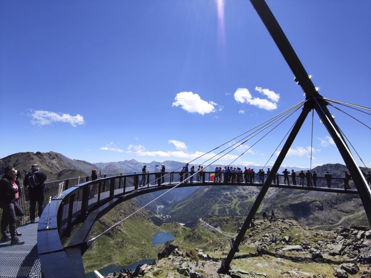 El mirador solar ofereix vistes panoràmiques dels llacs de Tristaina i la Pica d'Estats.