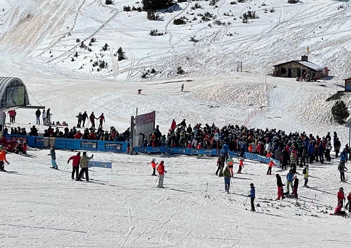 Una munió d'esquiadors esperaven dissabte per accedir a un dels remuntadors del Tarter.
