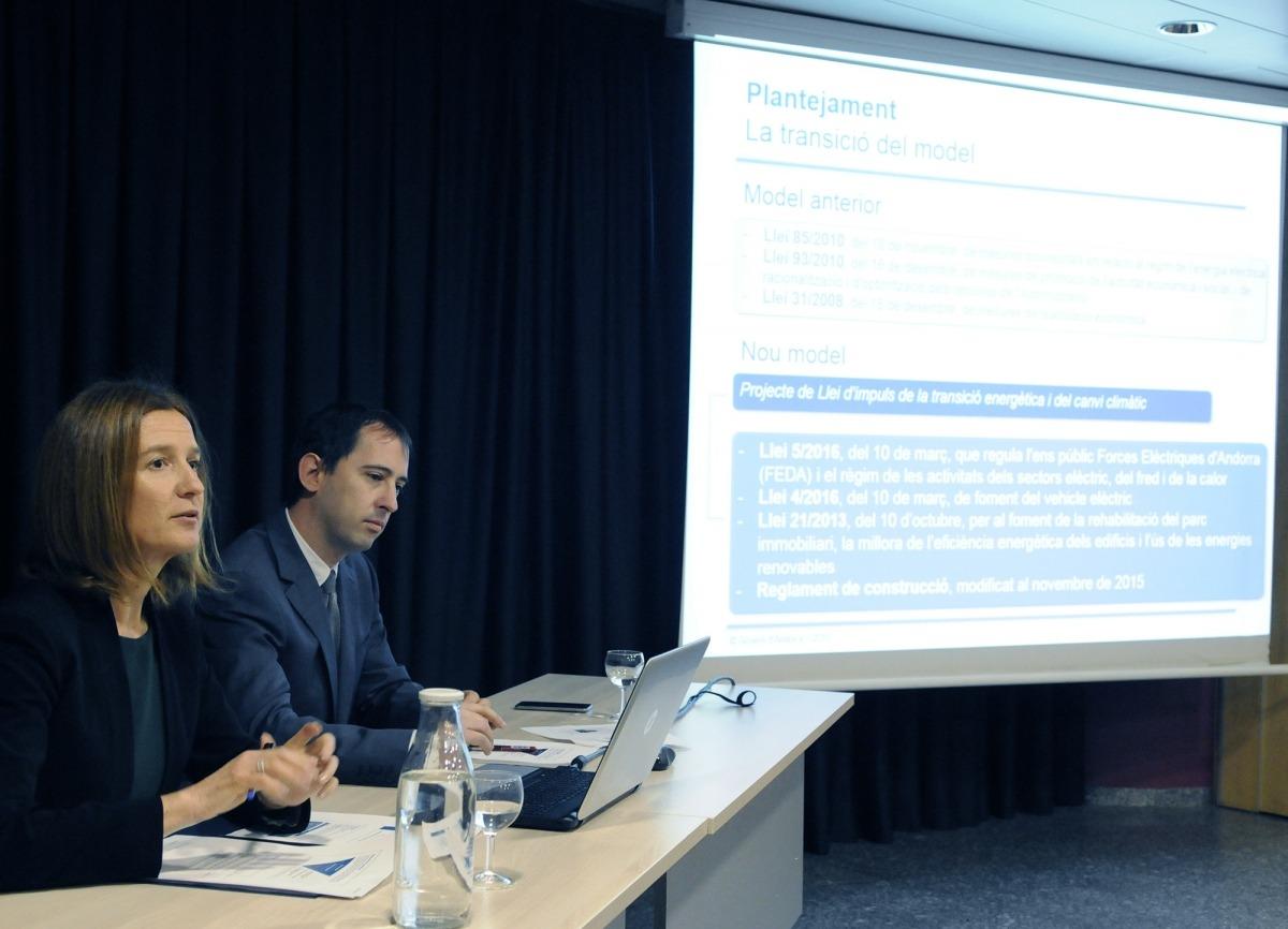 La ministra Sílvia Calvó i el cap de l'Oficina de l'Energia i del Canvi Climàtic, Carles Miquel, van presentar la llei al sector, ahir.