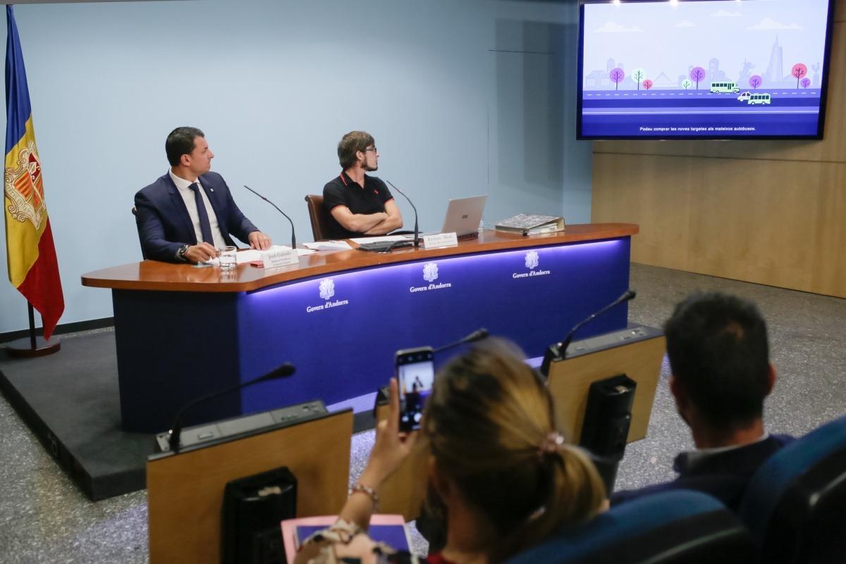 El titular d'Economia, Jordi Gallardo, i el tècnic de Transports, Ferran Molí, van presentar ahir les noves línies nacionals d'autobusos.