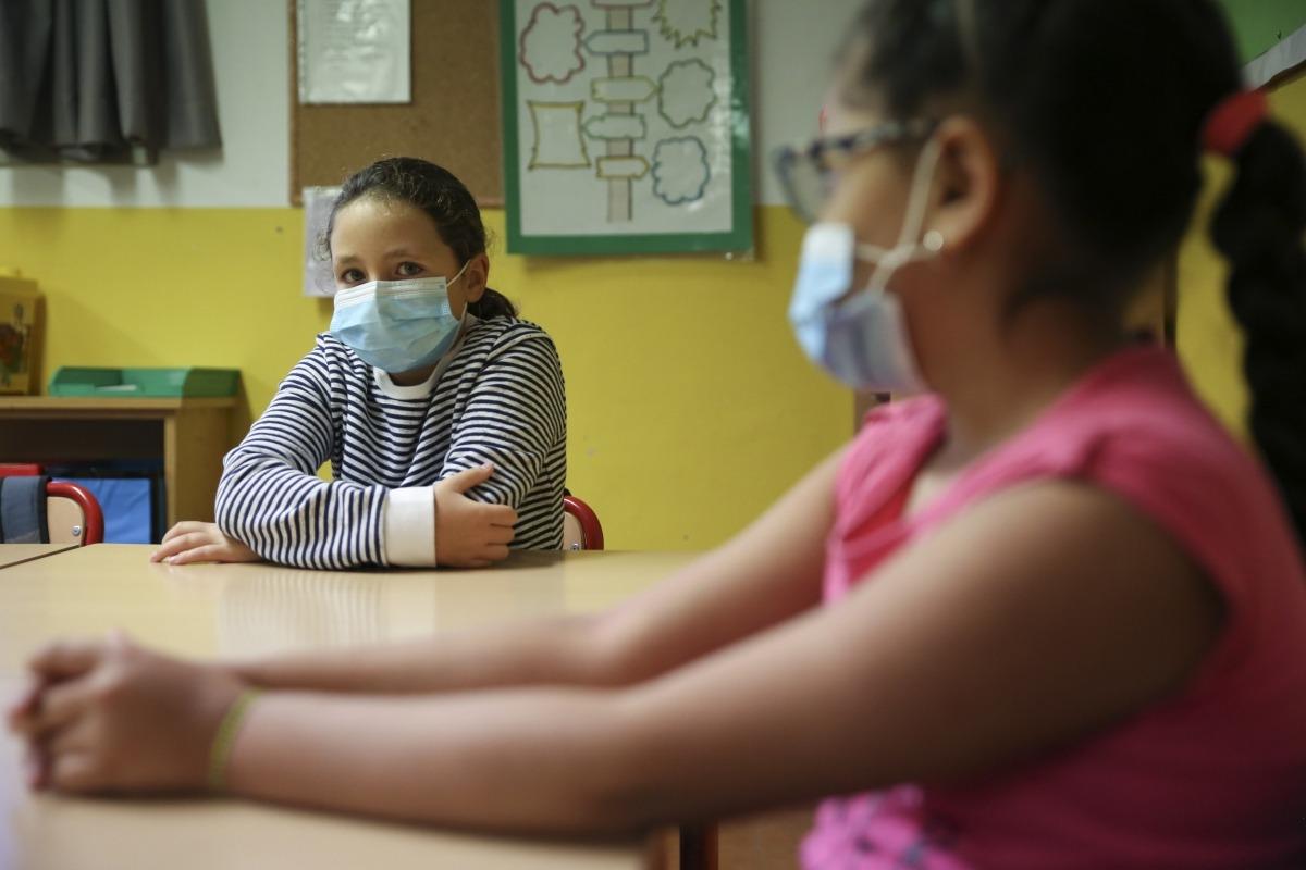 Dues alumnes amb mascareta a la classe.