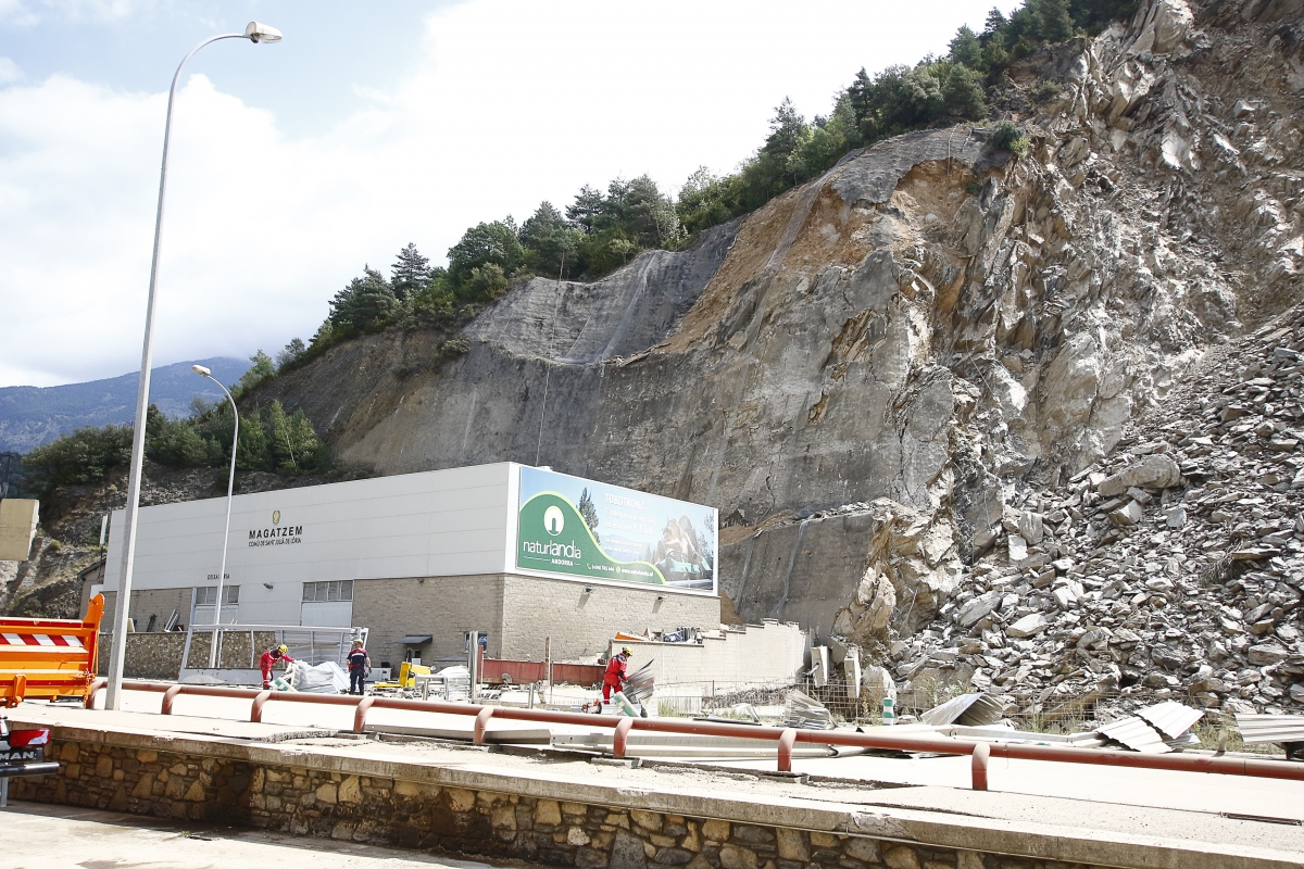 El talús que hi ha damunt del magatzem del Comú de Sant Julià és a hores d'ara el que més preocupa els tècnics.