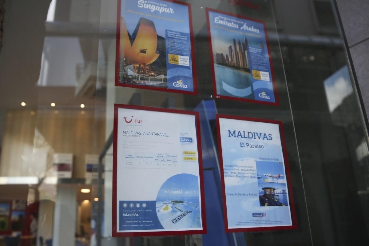 Ofertes de viatges en l'aparador d'una agència.