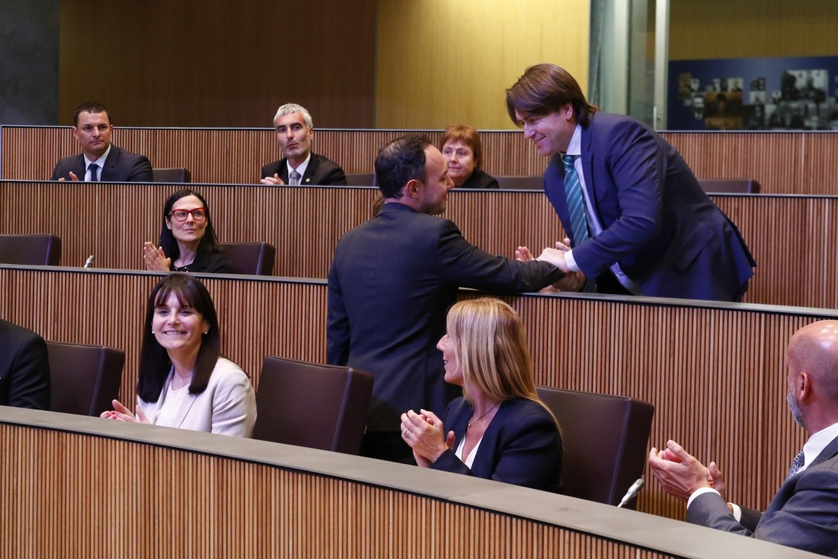 El conseller general de Ciutadans Compromesos Carles Naudi d'Areny-Plandolit felicita el cap de Govern electe, Xavier Espot.