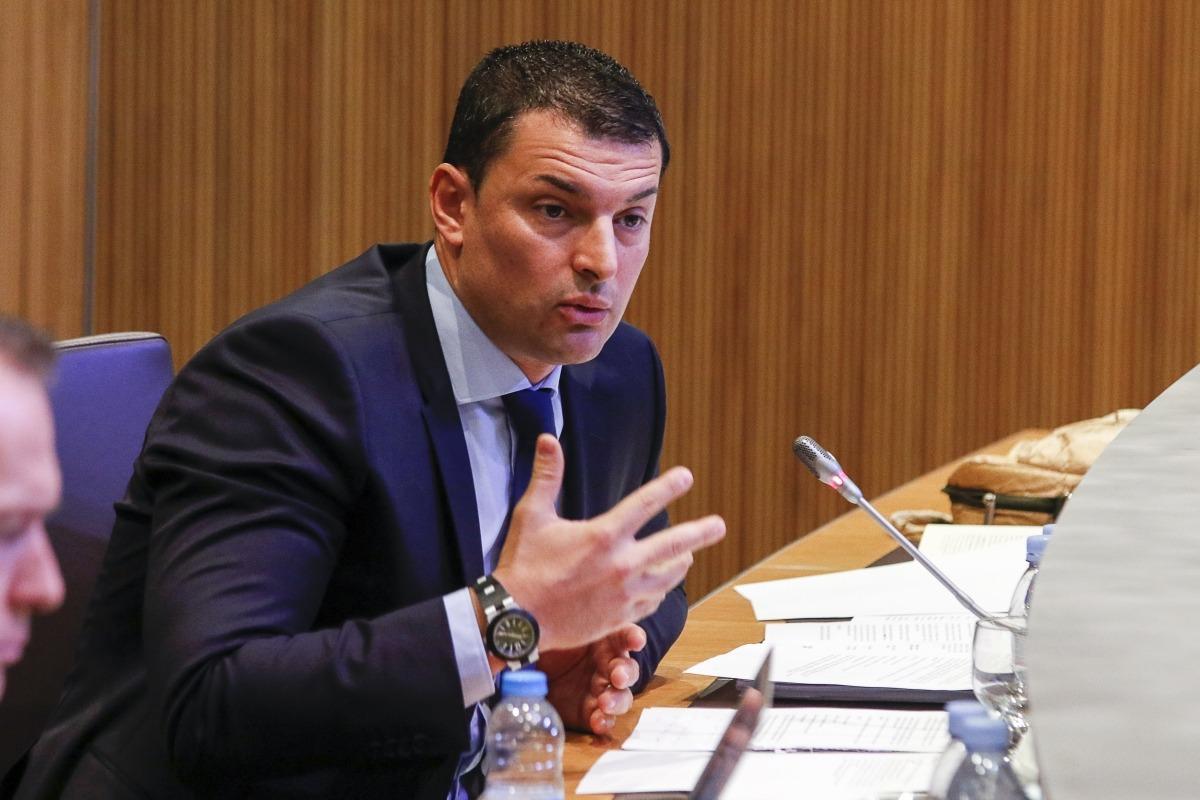 El president del grup parlamentari liberal, Jordi Gallardo, va mantenir un intens intercanvi de retrets amb el titular de Finances.
