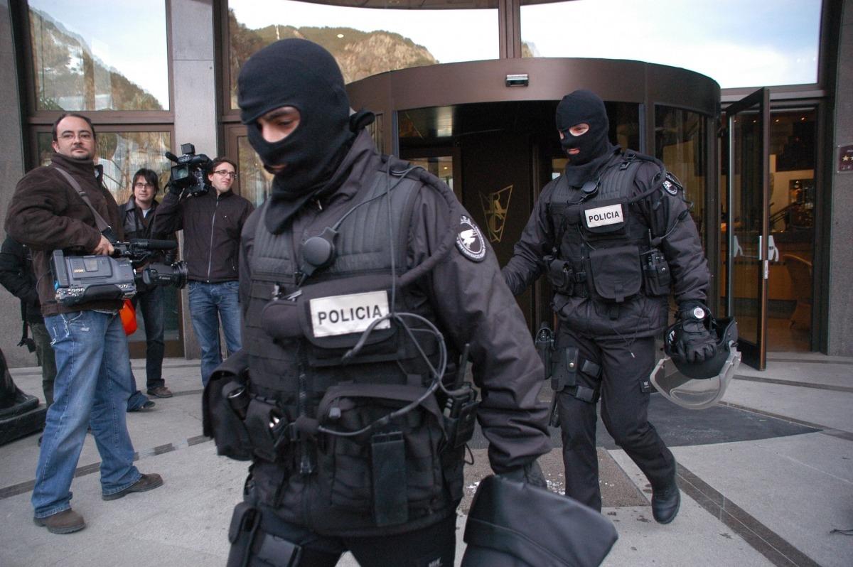 La policia sortint del Roc de Caldes el dia del crim, el 23 de febrer del 2006.