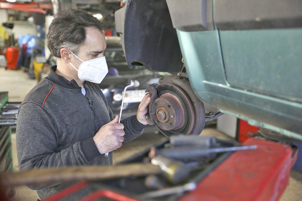 Juan San Martín, al taller, un altre dels rams que ahir va començar a escalfar motors.