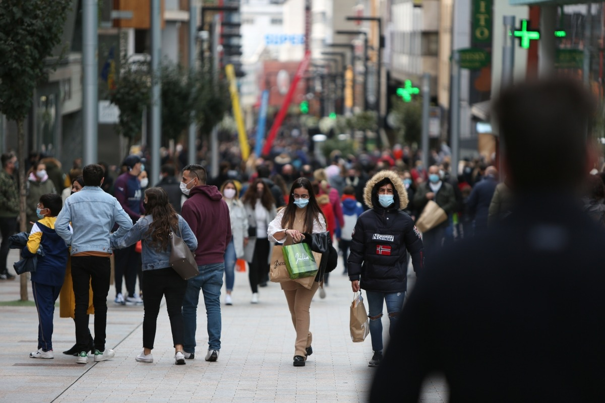 Turistes amb bosses de compres a l'eix central, diumenge passat.