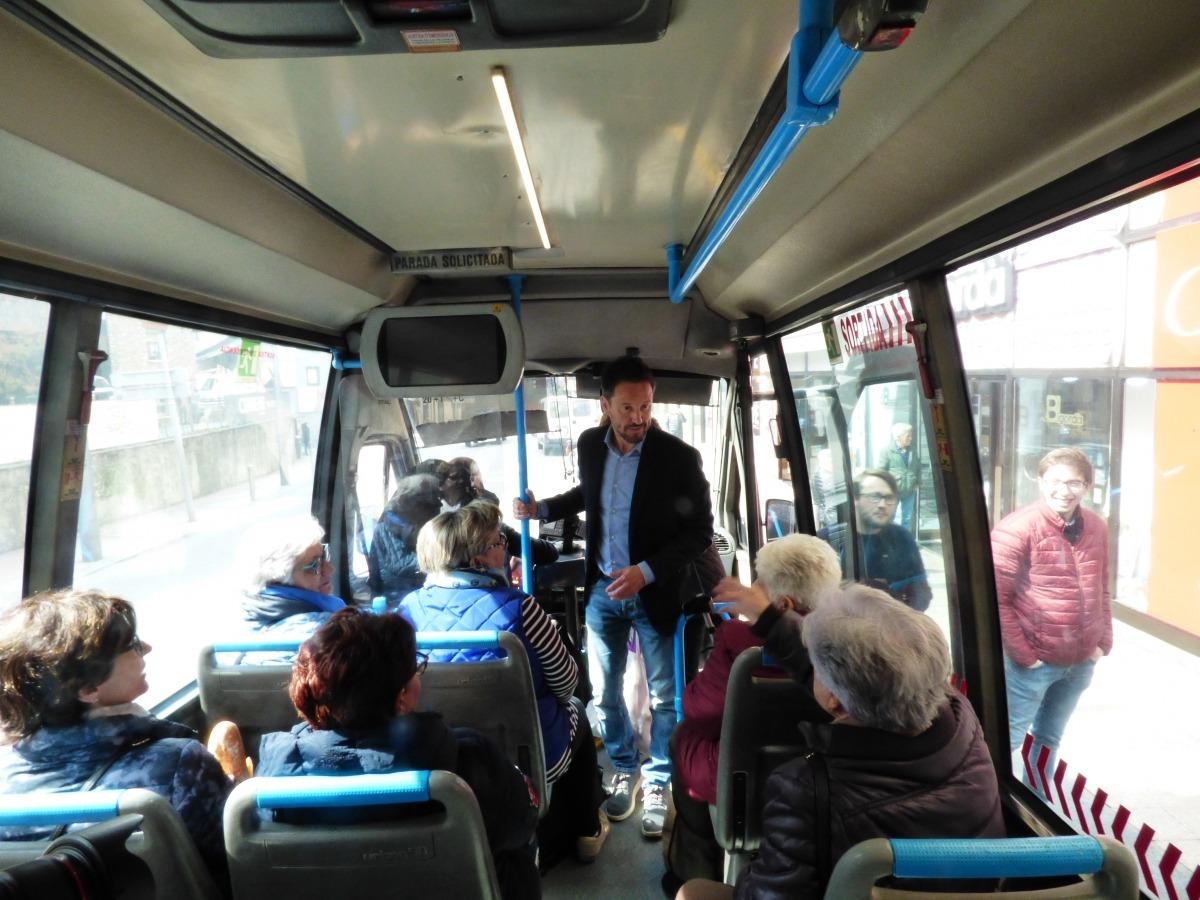 López accedeix a l'autobús, on va poder parlar amb les usuàries.