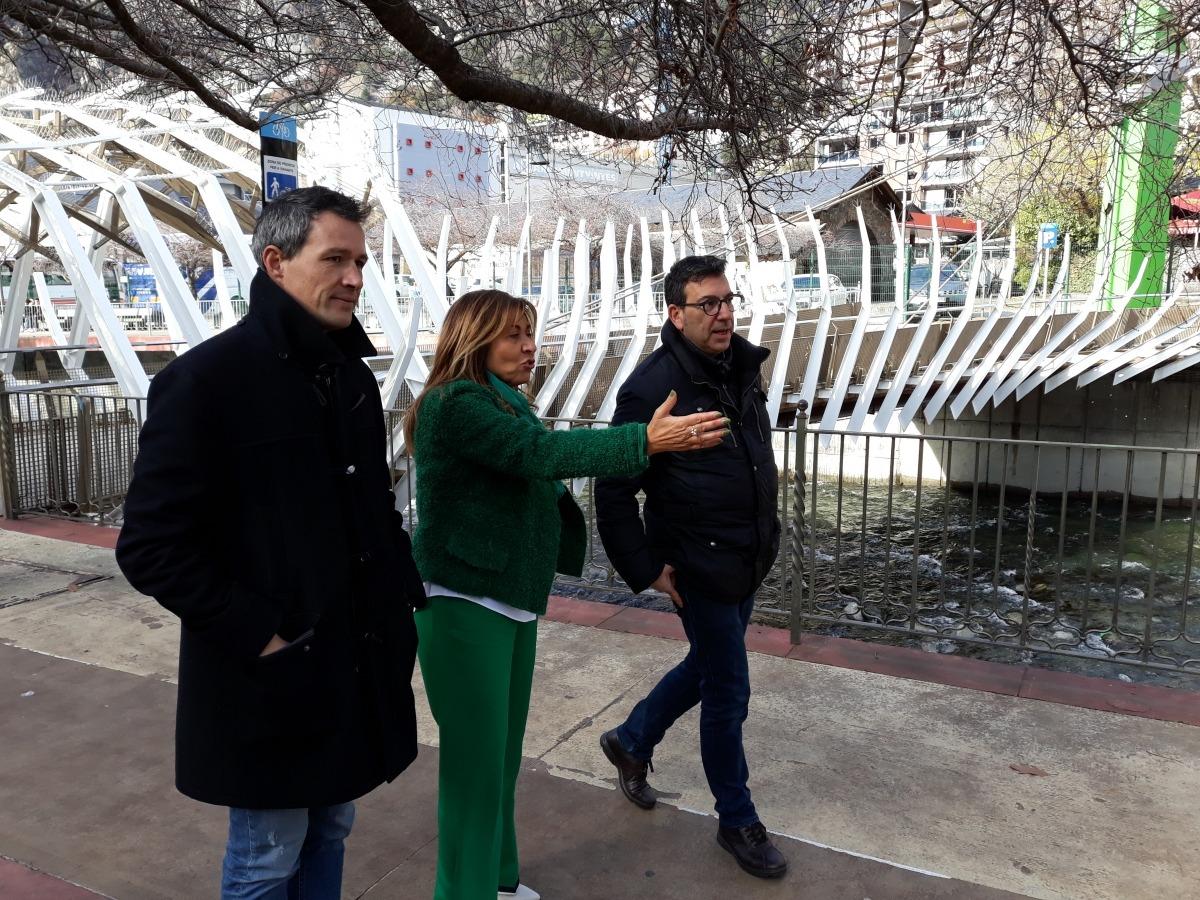 Els tres primers membres de la llista, caminant al passeig del riu.