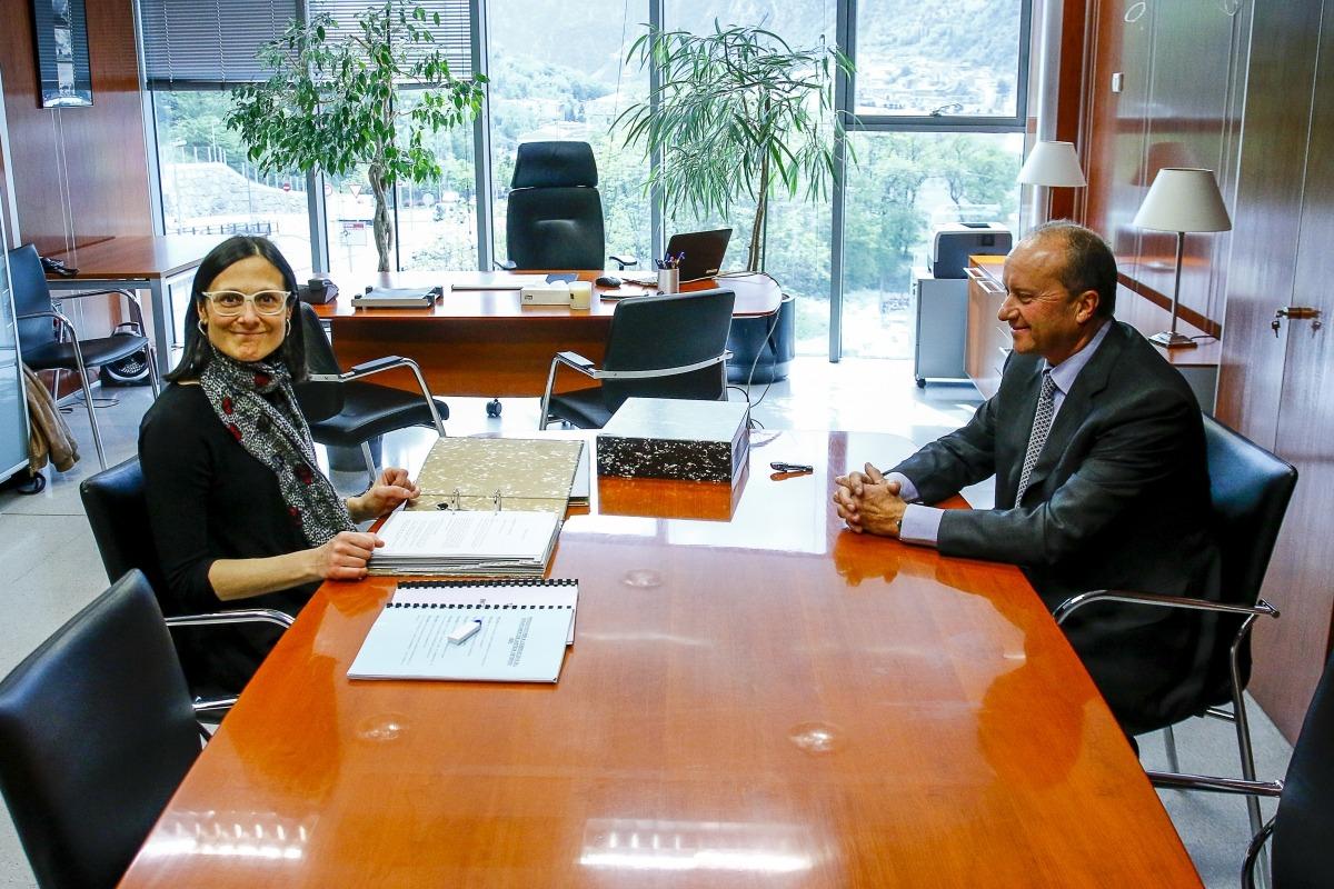 Un moment del traspàs de carteres entre Ester Molné i el nou ministre de Justícia i Interior, Josep Maria Rossell.