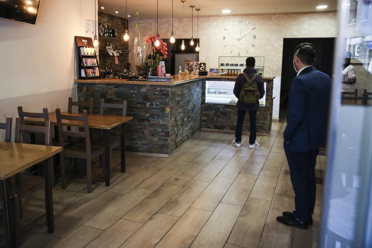 L'aforament a l'interior de bars i restaurants està limitat encara per la distància de metre i mig entre taules.