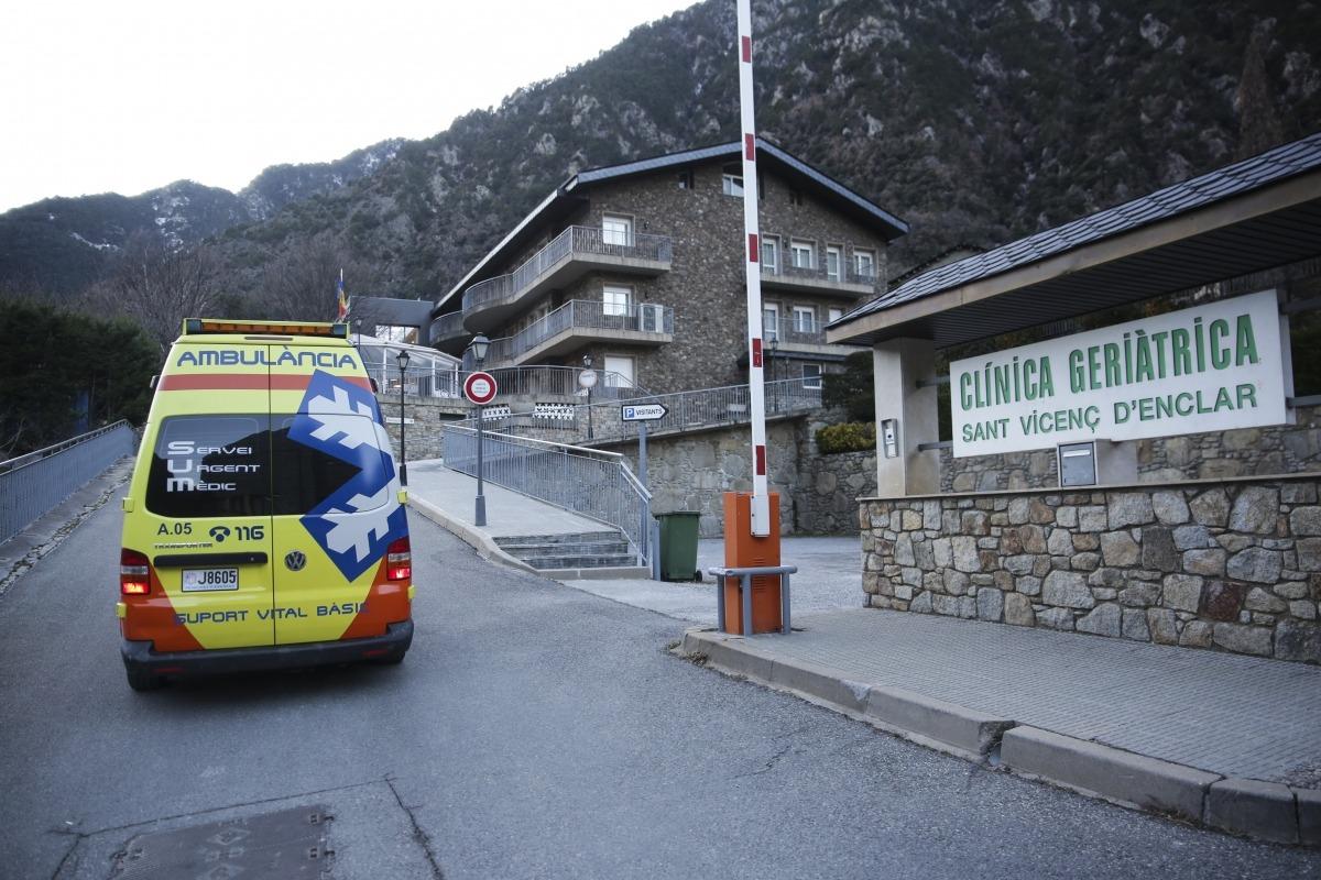 L'arribada d'una ambulància, ahir.