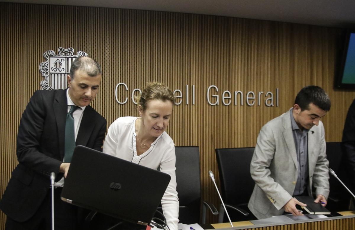 Marc Rossell i Sílvia Calvó preparant la compareixença davant la comissió legislativa de Política Territorial, Urbanisme i Medi Ambient.