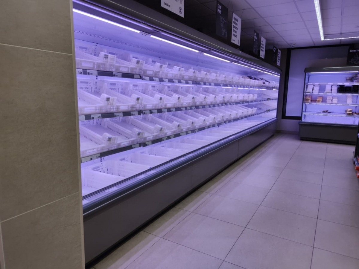 Un establiment de venda de carn absolutament buit.