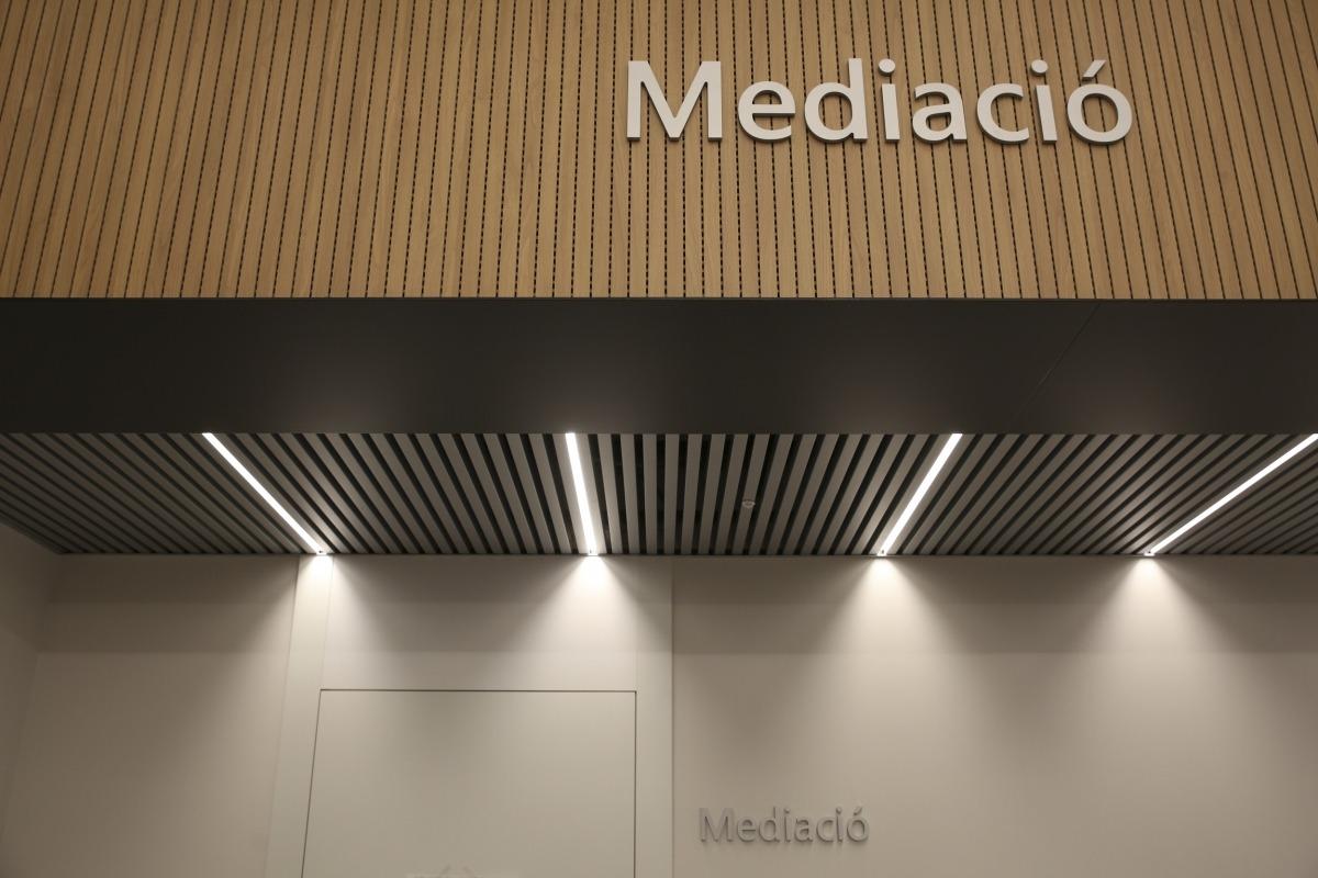 El servei d'Atenció i Mediació prop de l'Administració de Justícia està situat a la primera planta de la Seu de la Justícia.