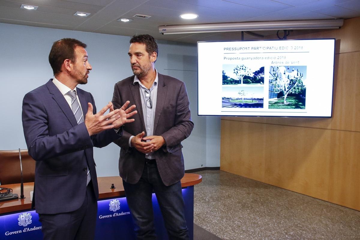 El director de l'Escola Andorrana, Bruno Bartolomé, i el ministre d'Ordenament Territorial, Jordi Torres, ahir.