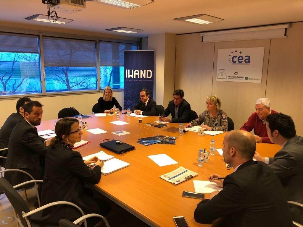 Un moment de la trobada entre els parlamentaris del PS i els dirigents de la CEA.