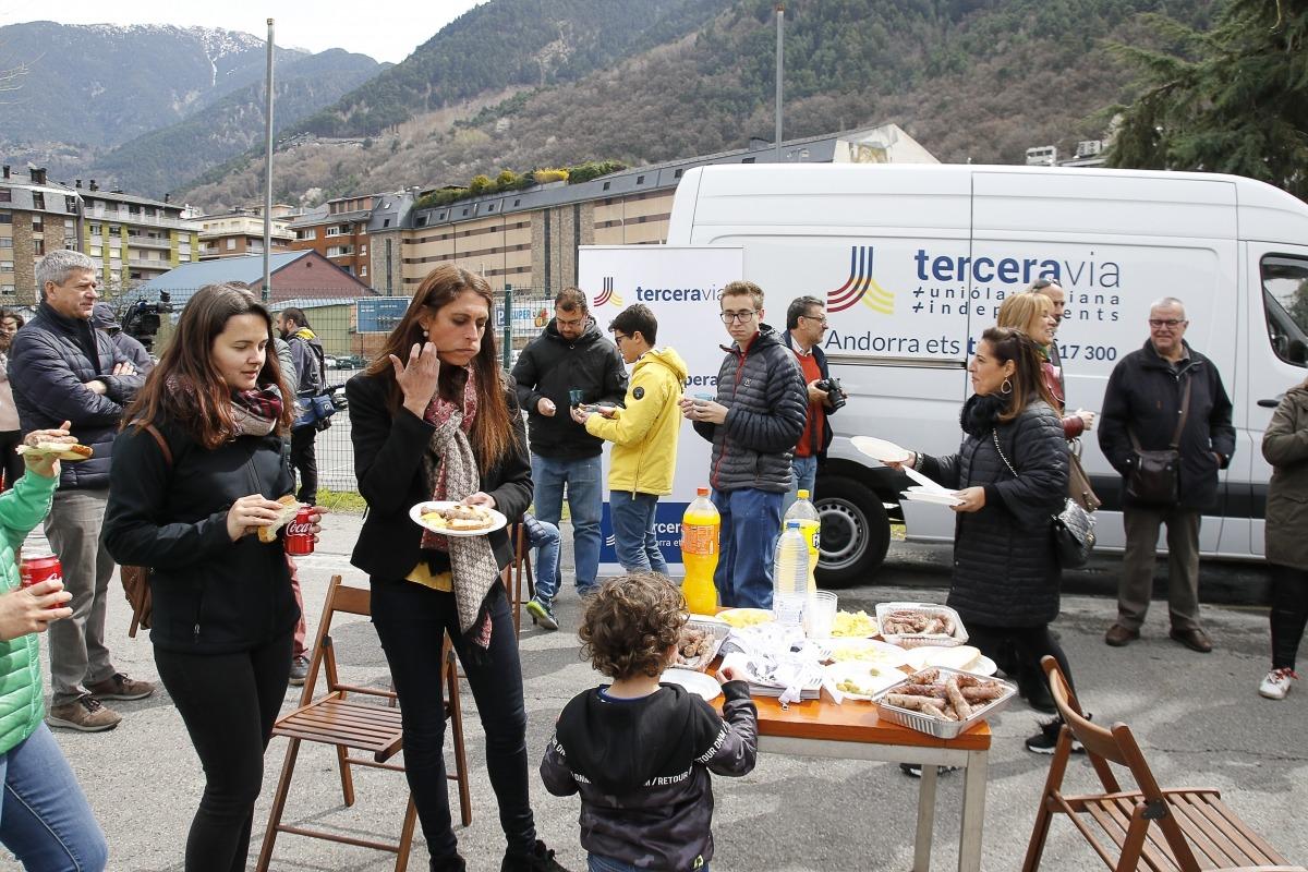 Terceravia va celebrar ahir una botifarrada popular al Parc Central coincidint amb el pas de l'equador de la campanya.