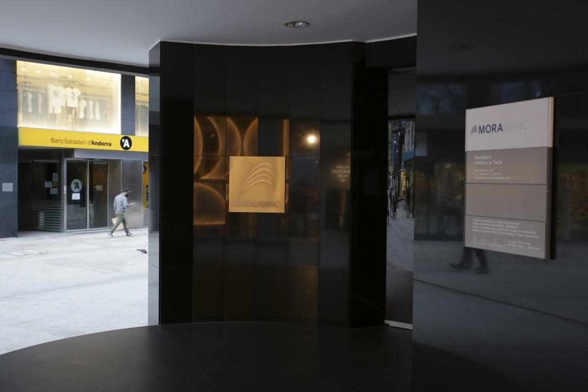 Les oficines de MoraBanc i BancSabadell d'Andorra a l'avinguda Meritxell.