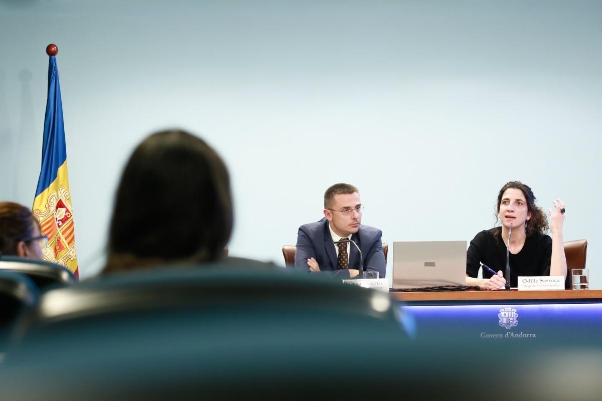 Odile Sarroca va exposar el contingut del reglament amb el secretari d'Estat de Salut, Joan León, ahir.
