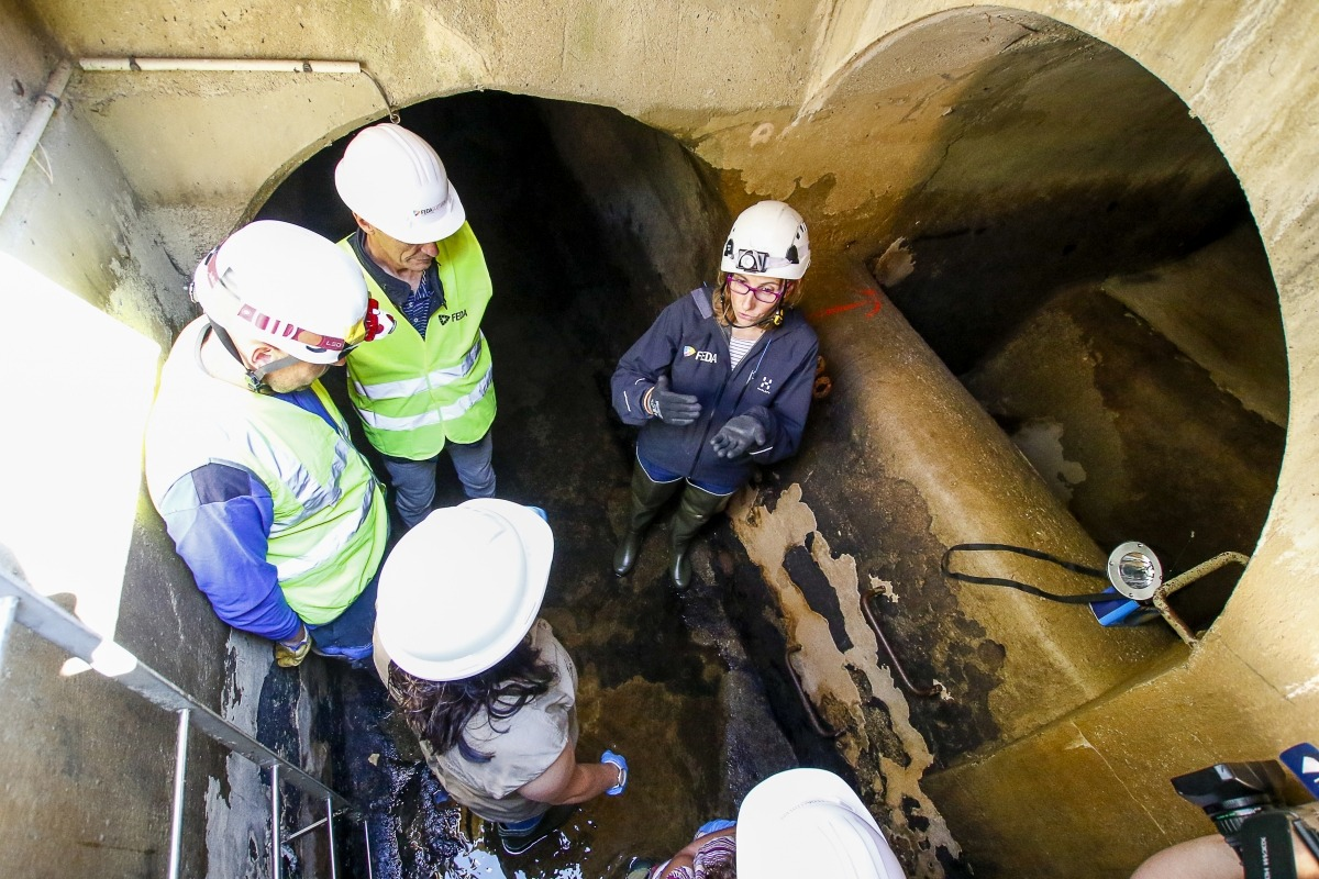 Laura Bonet, directora de Transport de FEDA, va visitar ahir la zona de la presa d'Ensagents i es va endinsar al canal Valira.