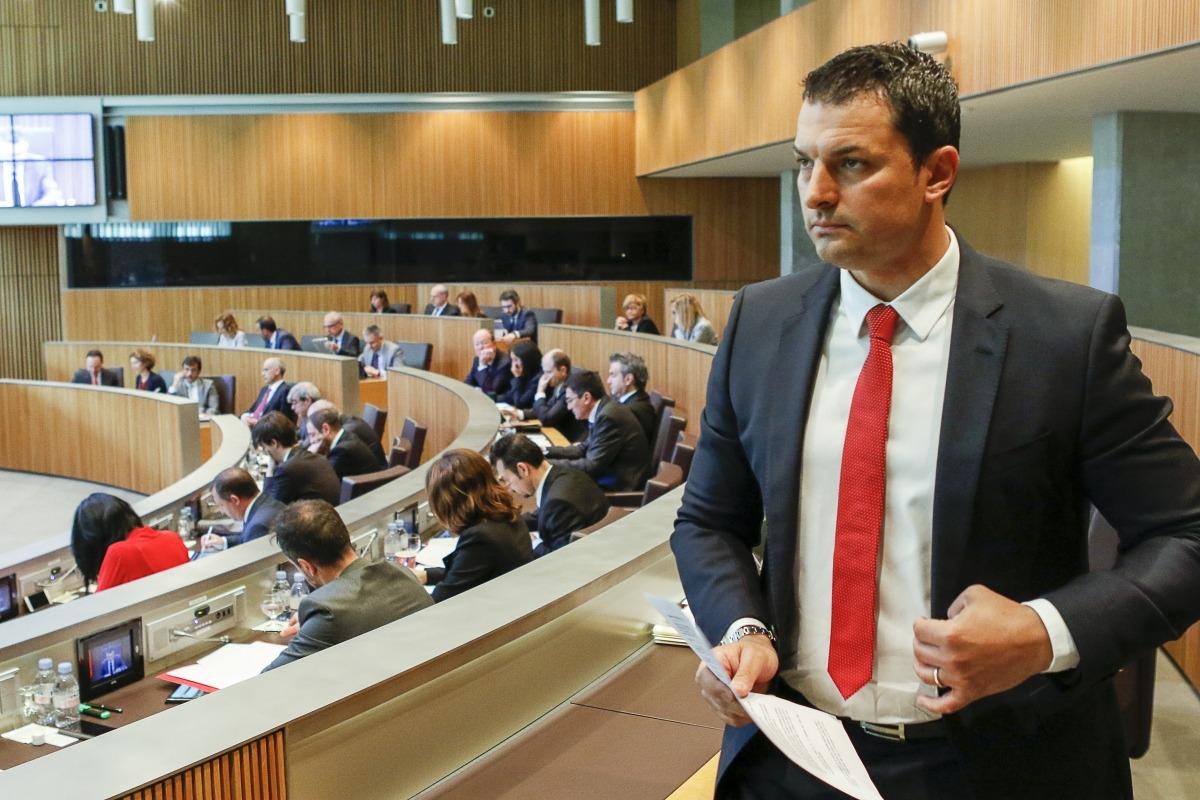 El president del grup liberal, Jordi Gallardo, es dirigeix a la tribuna per defensar les reserves d'esmena.