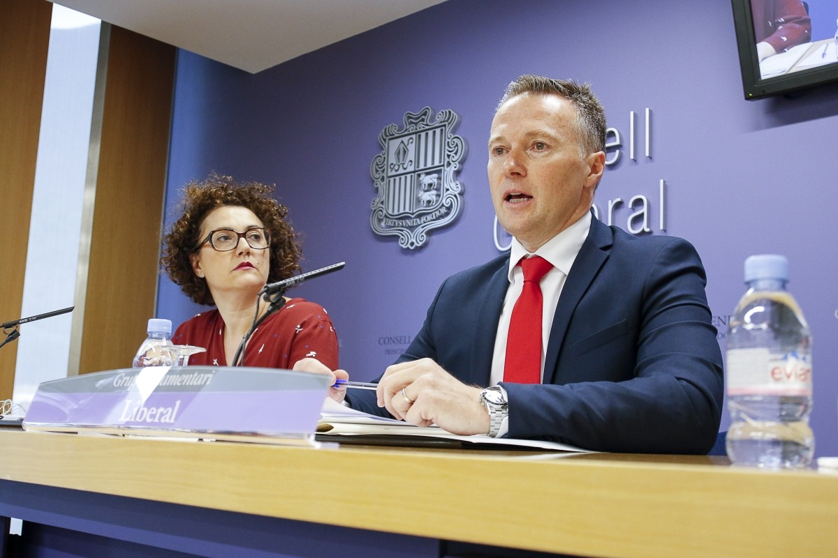 Judith Pallarés i Ferran Costa van presentar ahir el text alternatiu de llei de l'esport de Liberals d'Andorra.