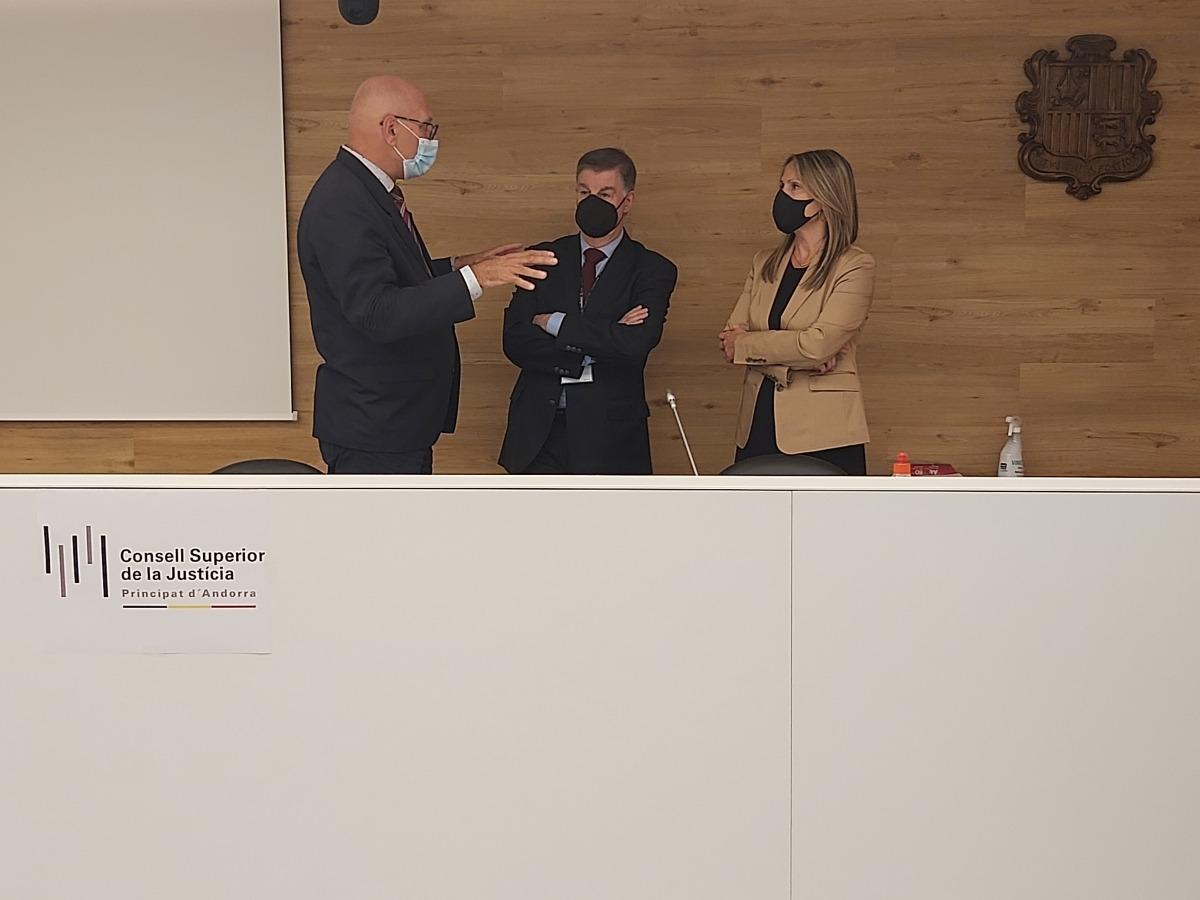 Miquel Nicolau, Enric Casadevall i Maica Torres abans de la signatura dels convenis.