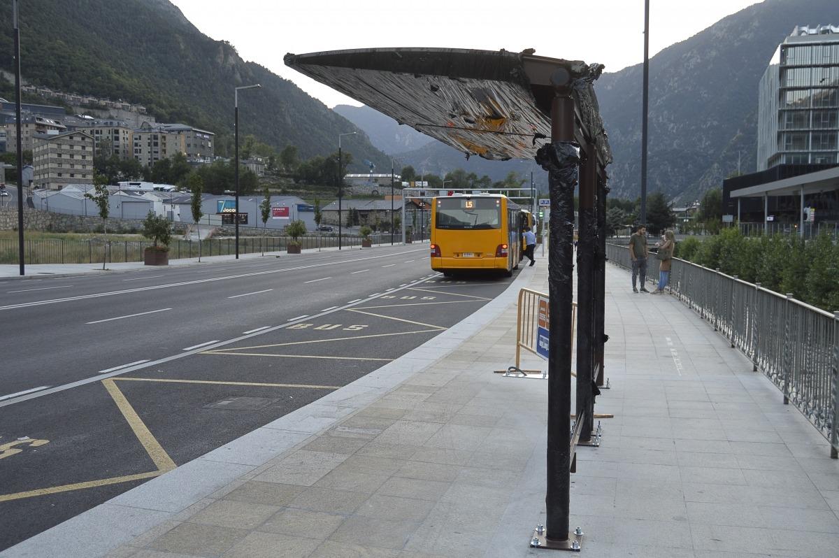 Estat dels treballs per instal·lar les marquesines a la parada de les línies internes de l'Estació Nacional d'Autobusos, ahir.