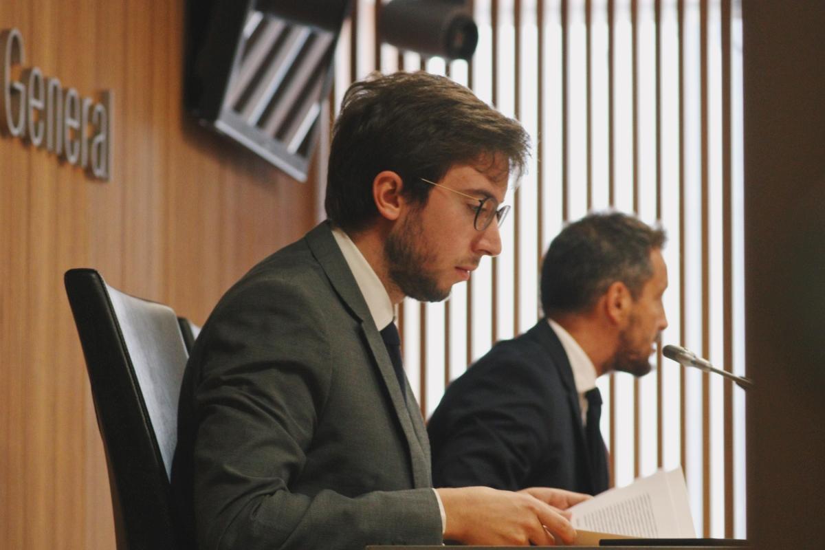 El conseller general Roger Padreny i el president del grup parlamentari socialdemòcrata, Pere López, ahir al Consell General.