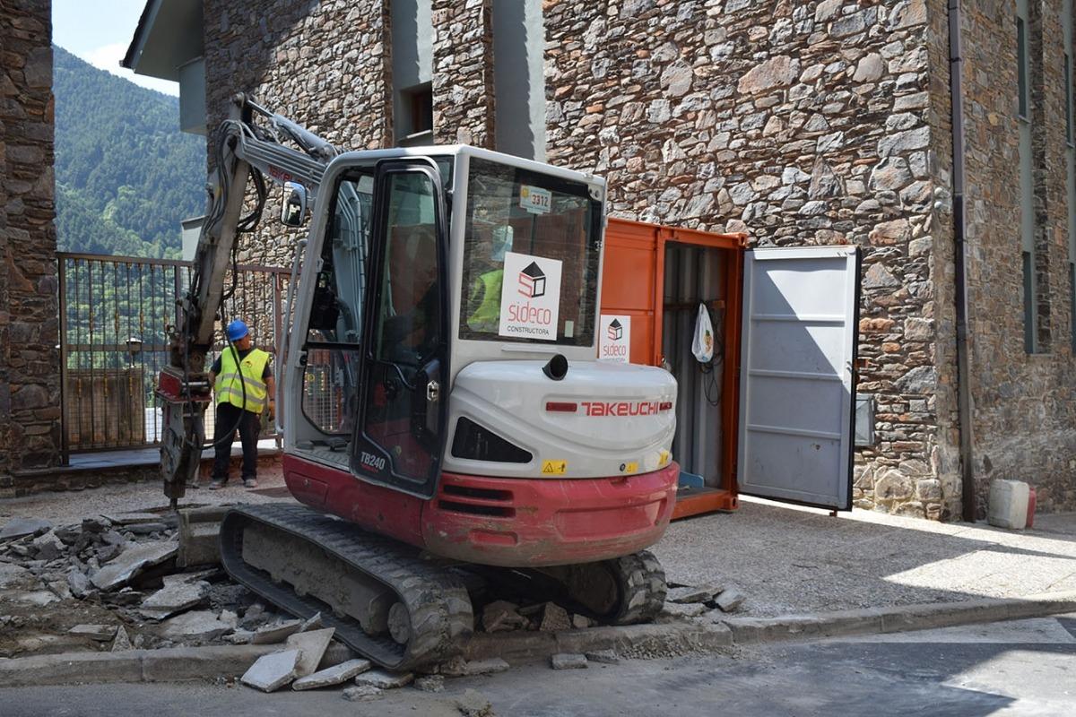 Els treballs per remodelar les voravies del carrer Pedral a Encamp han començat aquest matí.
