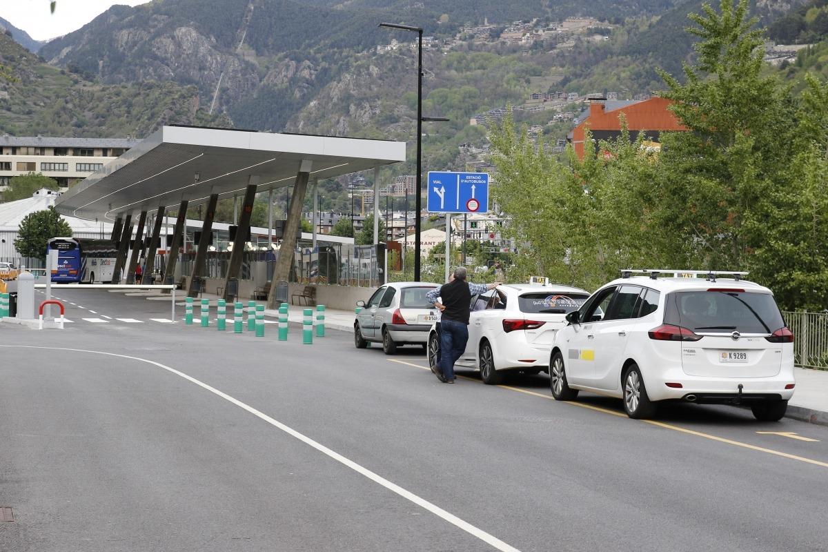 Queixes dels taxistes perquè queden amagats a la nova estació de busos