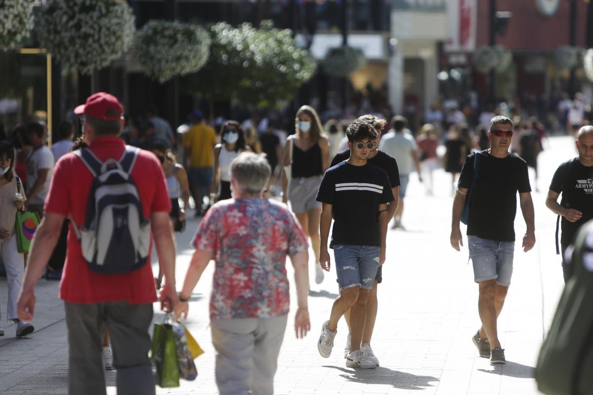 Els visitants han omplert l'eix comercial durant el mes d'agost.