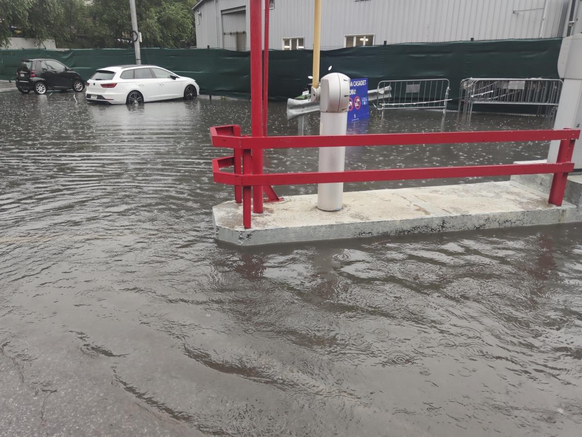La tromba d'aigua ha inundat una mica l'aparcament del centre de vacunació.