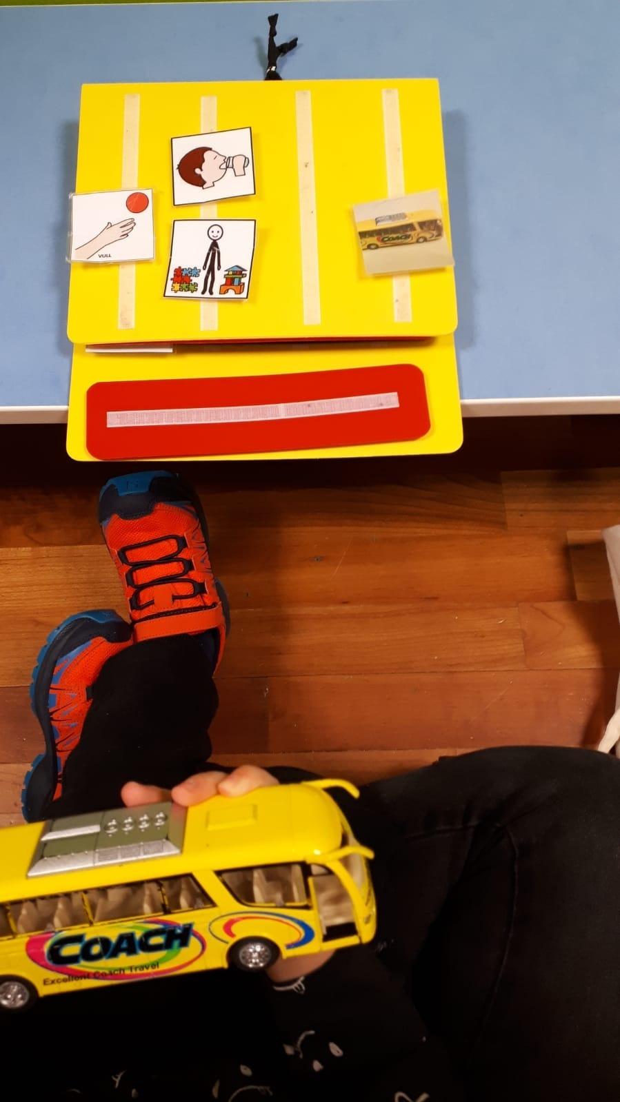 Les professionals d'Impuls treballen amb els infants a les aules.