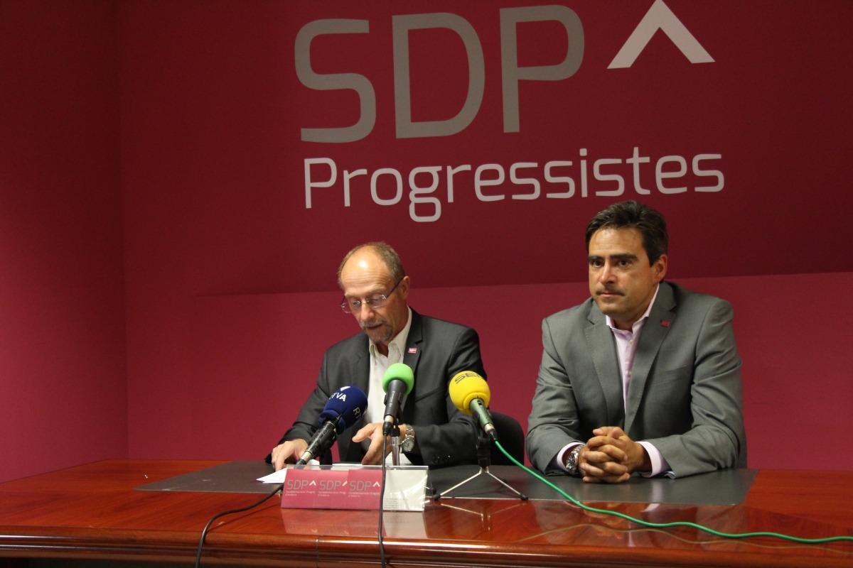 El conseller general d'SDP, Víctor Naudi, i David Pérez en la compareixença d'ahir.