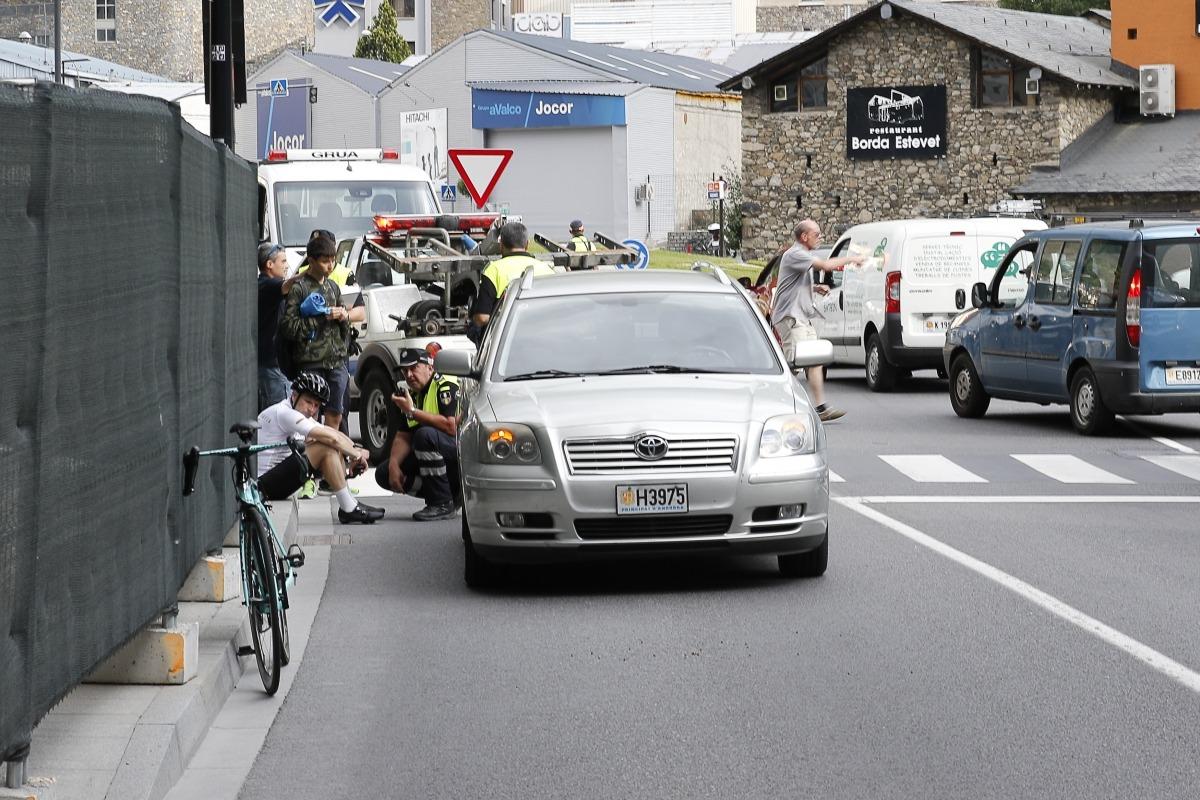 Un ciclista va resultar ferit lleu en l'accident al carrer Baixada del Molí de la capital.