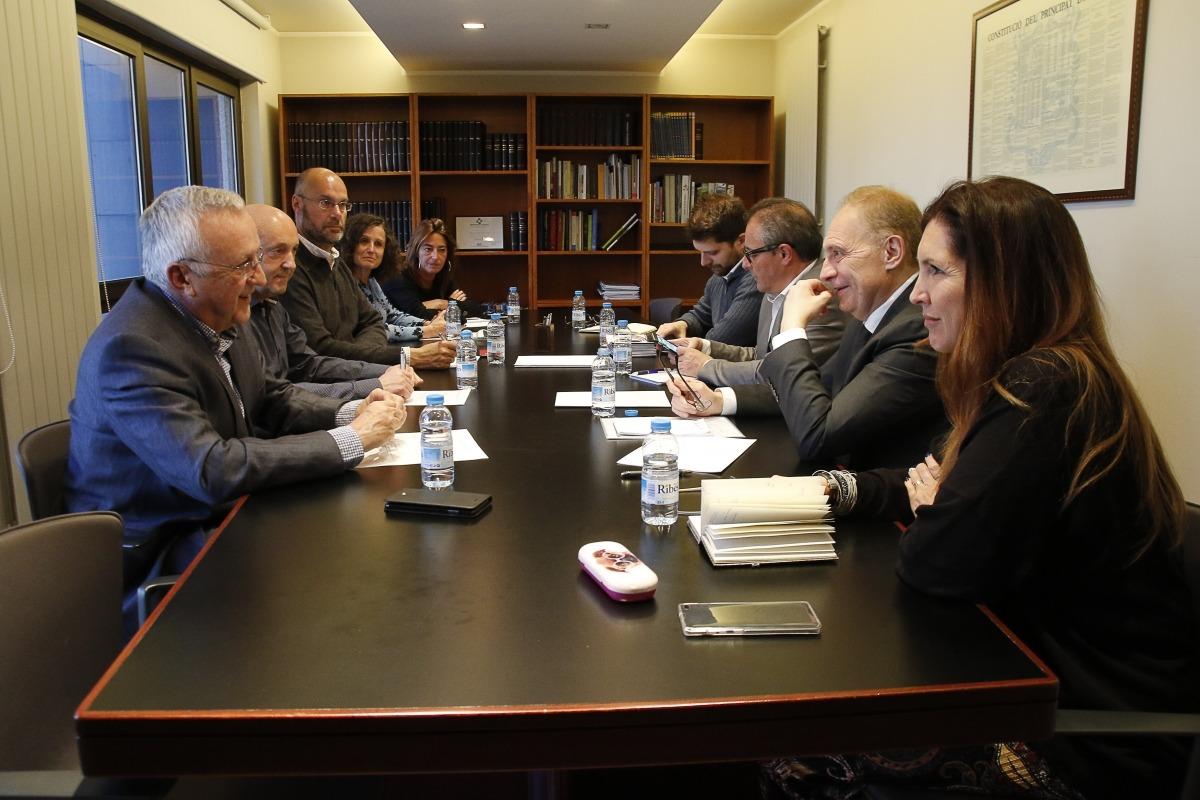 Un moment de la reunió dels candidats de Terceravia amb els representants de la Cambra de Comerç, Indústria i Serveis.