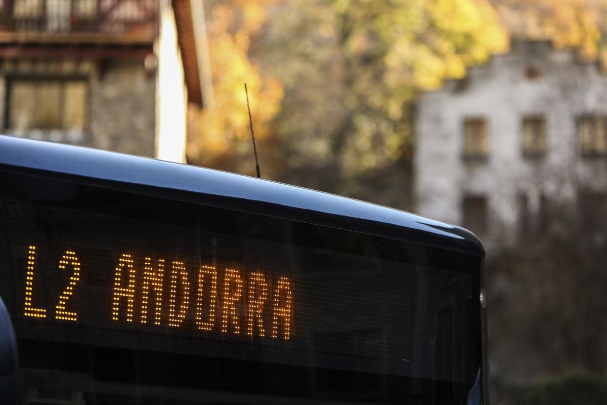 Un dels autobusos que realitzen el servei regular nacional de transport públic.