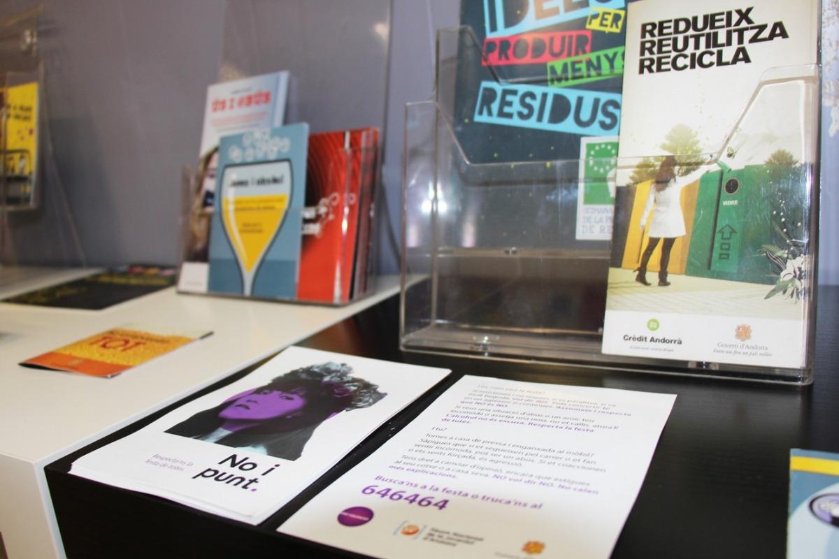 Fullet informatiu de la campanya 'No i punt' al Punt d'Informació Juvenil (PIJ).