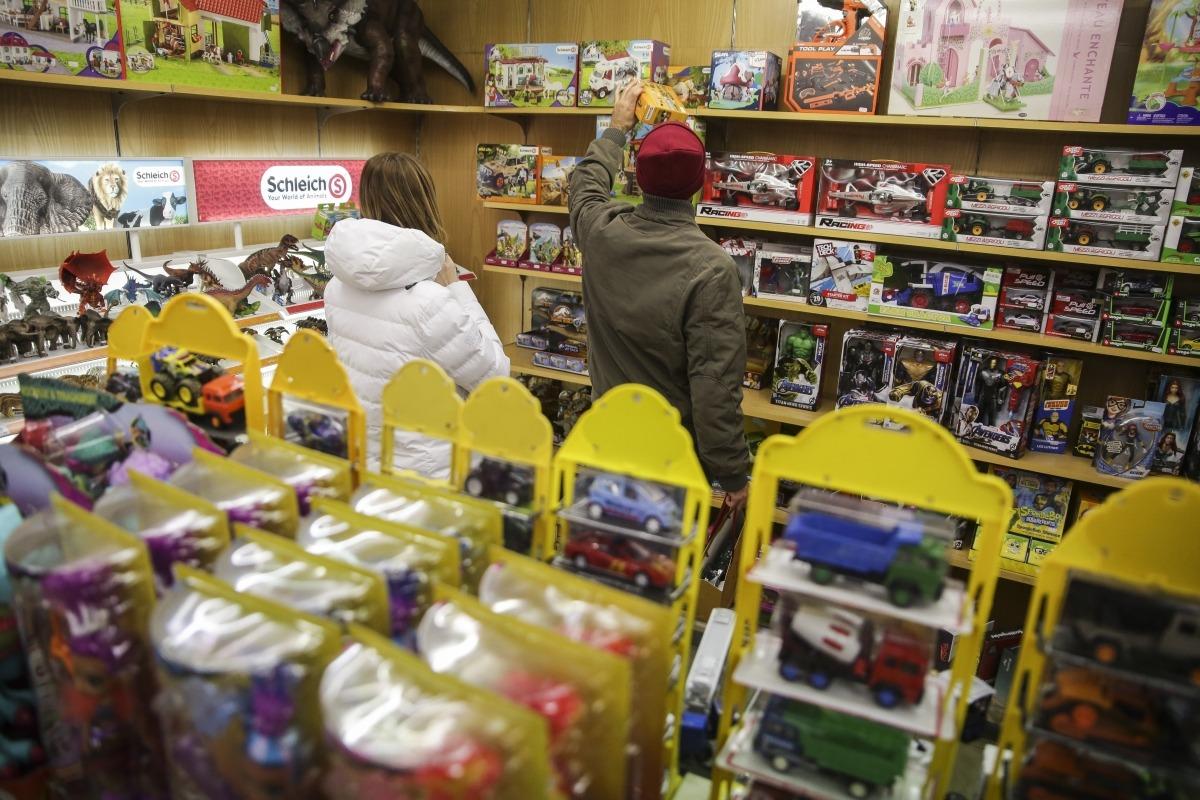 Compradors adquirint les darreres joguines abans de la nit de Reis, ahir.