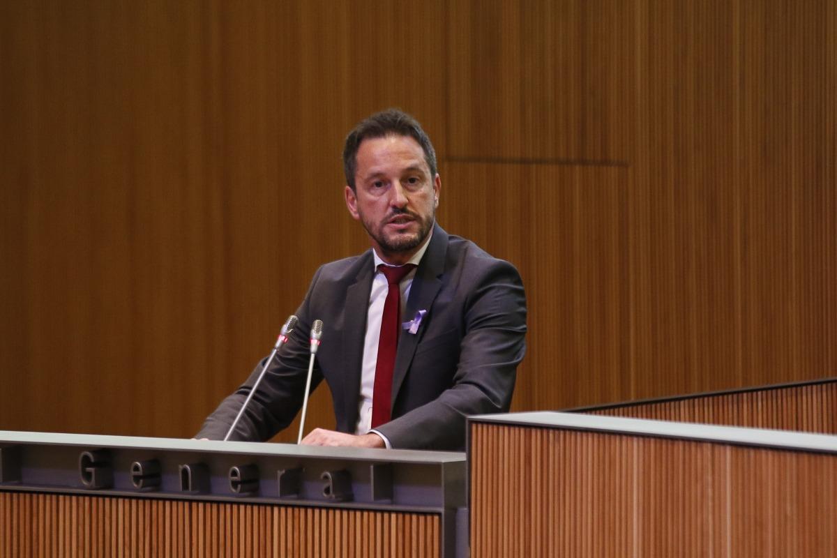 """El conseller general del PS Pere López va retreure al grup de la majoria la seva """"actitud com a parlamentaris vergonyant""""."""