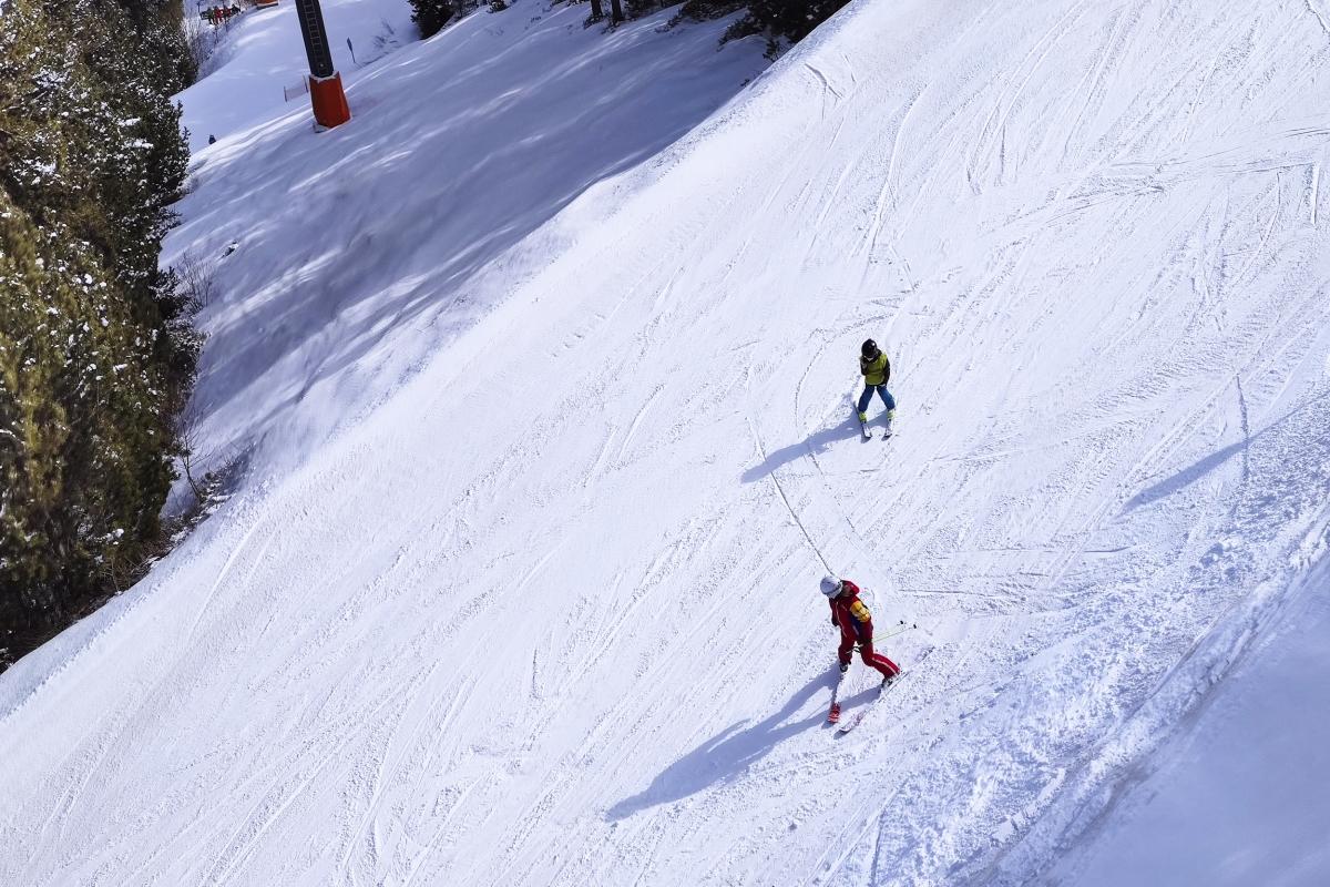 Un monitor d'esquí exercint la professió a les pistes d'Andorra.