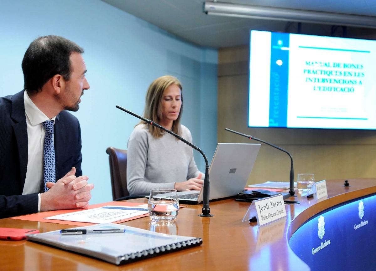 El ministre Jordi Torres i l'arquitecta Mònica Dalmau van presentar el manual de bones pràctiques en les intervencions a l'edificació.