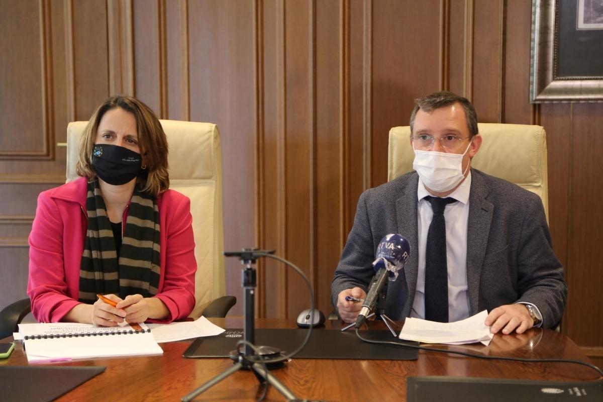 Rosa Gili i Josep Majoral en la compareixença posterior a la reunió de cònsols.