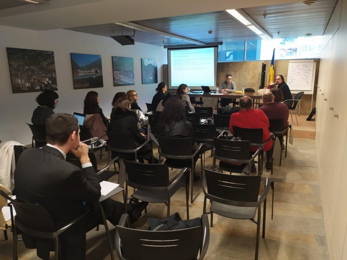 El secretari d'Estat d'Afers Europeus amb els col·legis professionals, les patronals i els sindicats en una reunió l'any passat.