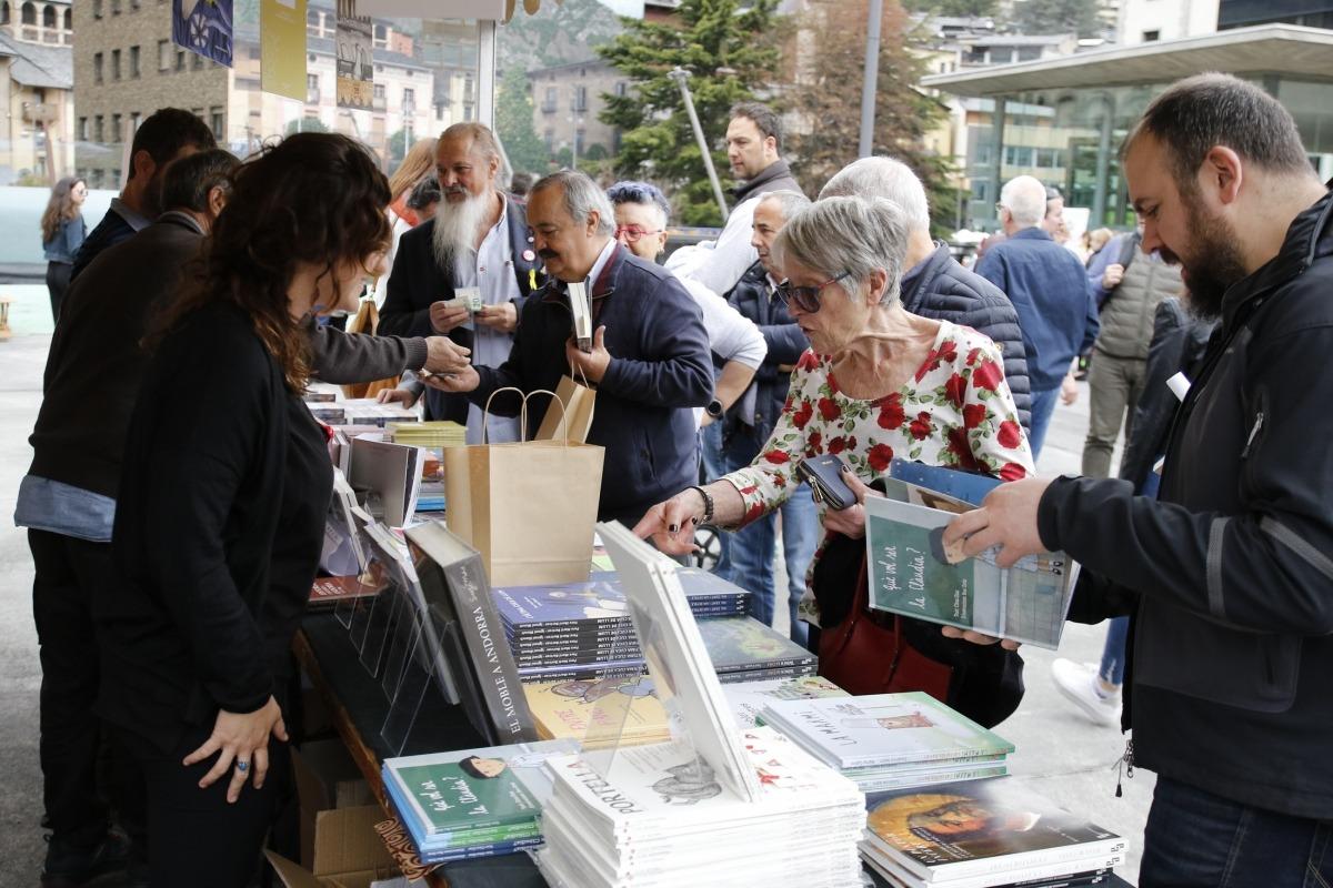 La plaça del Poble, amb les parades de llibres, en l'edició del 2019.